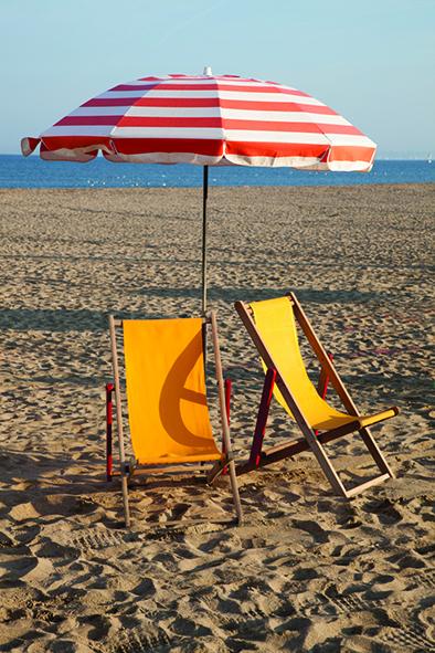 Parasol et chaises longues sur la plage de Trouville sur Mer